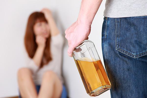 酒を飲むと暴力を振るう夫