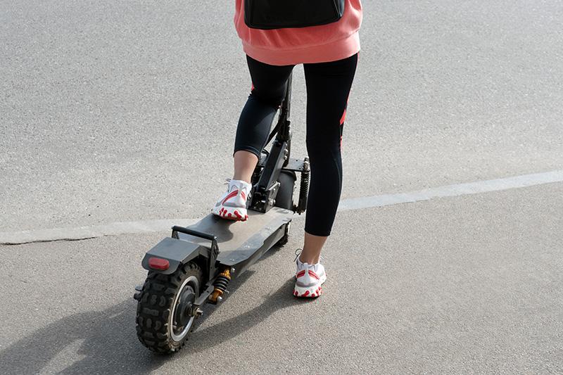 電動キックボードに乗る女性